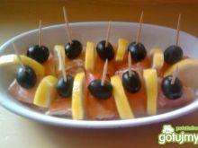 Roladki z łososia z czarna oliwką