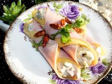 Roladki z żółtego sera i szynki z sałatką