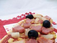 Romantyczna pizza z szynką i ananasem