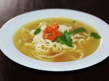 Rosół na drobiu i warzywach z domowym makaronem