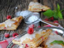 Rożki malinowe z ciasta francuskiego