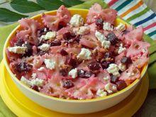 Różowa sałatka makaronowa z wędzonym twarogiem