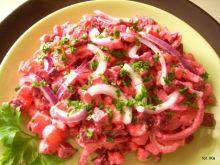 Różowa sałatka ziemniaczana