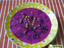 Różowa zupa warzywna z groszkiem