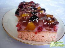 Różowe ciasto z owocami