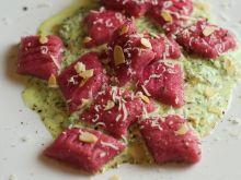 Różowe gnocchi z sosem szpinakowym