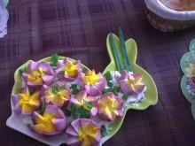 Różowe kwiaty z jajek na pierzynce