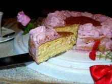 Różowy tort z musem karmelowym