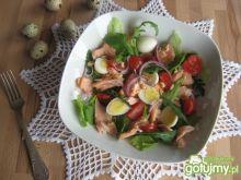 Rukola, łosoś i jajeczka przepiórcze