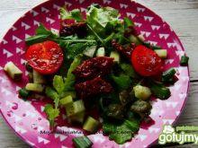 Rukola z ogórkami i pomidorkami