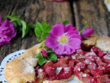 Rustykalna tarta z rabarbarem i różą