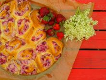 Rwane ciasto drożdżowe z ricottą i truskawkami