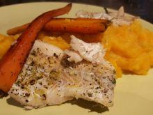 Ryba gotowana na parze z pure i marchewką