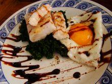Ryba na pierzynce z szpinaku