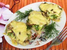 Ryba zapiekana z brokułem, pieczarkami i serem