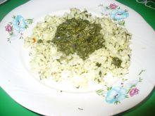 Ryż biały podany ze szpinakiem duszonym