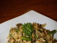 Ryż, curry, pieczarki i fasolka.