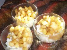 Ryż na mleku podany z jabłkami i cynamonem