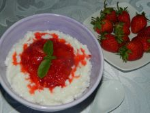 Ryż na mleku z sosem truskawkowym