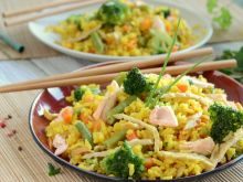 Ryż smażony po kantońsku z łososiem i warzywami