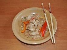 Ryż Smażony z Kurczakiem i Bazylią