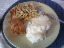 Ryż z kremowym sosem, faszerowane filety i surówką