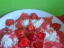 ryż z musem truskawkowym i truskawkami