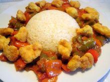 Ryż z papryką i chrupiącym kurczakiem.