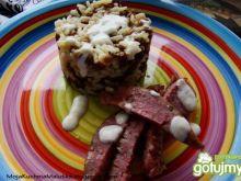 Ryż z soczewicą i białą kiełbasą i sosem