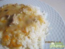 Ryż z sosem i kawałkami kurczaka.
