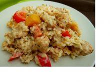 Ryżowa sałatka z piersią kurczaka i brzoskwinią