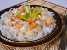 Ryżowy makaron w sosie łososiowo-serkowym