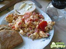 Rzodkiewkowa jajecznica z tuńczykiem