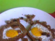 Sadzone jajka w chlebie z grzankami