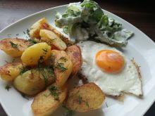 Sadzone jajko, podsmażone ziemniaczki i sałata