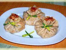 Sakiewki orkiszowe z sosem bolońskim.