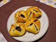 Sakiewki z ciasta francuskiego z pieczarkami