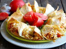 Sakiewki z makaronem w sosie pomidorowym