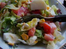 Sałata lodowa z jajkiem i kukurydzą