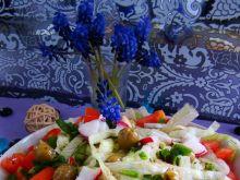 Sałata lodowa z pomidorami i oliwkami