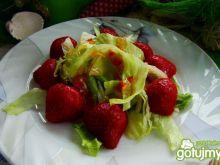 Sałata lodowa z truskawkami