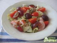 Sałata lodowa z winogronami i pomidorami