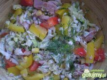 Sałata z białej kapusty i tuńczyka