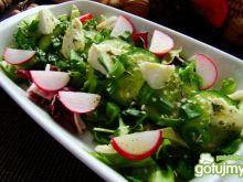 Sałata z feta i ziarnami sezamu