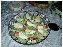 Sałata z fetą, żurawina i jajkiem