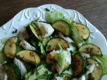 Sałata z gotowanymi polędwiczkami i cukinią