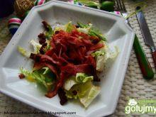 Sałata z grillowanym bekonem i suszonymi