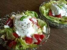 Sałata z jajkiem i czerwonymi warzywami