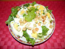 Sałata z jajkiem i grzankami w sosie czosnkowym