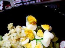Sałata z jajkiem,kalafiorem i innymi